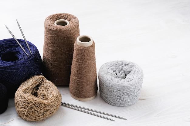Fils multicolores en laine italienne, rayons. Photo Premium