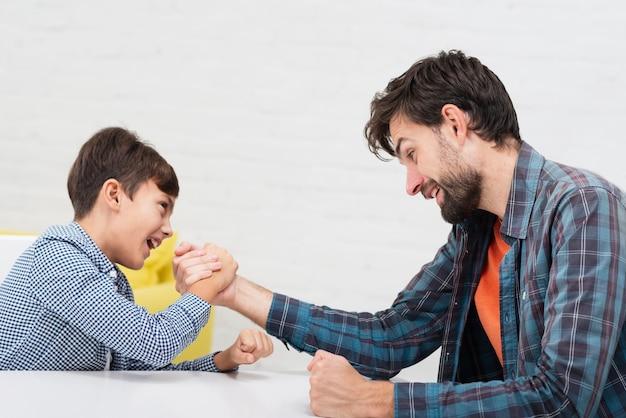 Fils et père participant à la compétition de skandenberg Photo gratuit