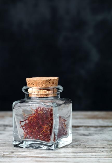 Fils de safran dans un bocal en verre Photo Premium