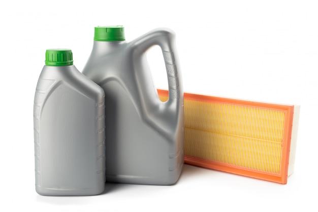 Filtres à huile de voiture et bidon d'huile moteur isolé sur blanc Photo Premium