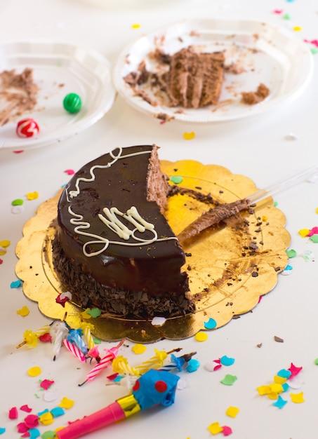 Fin d'enfant avec demi-tranches de gâteau au chocolat Photo Premium