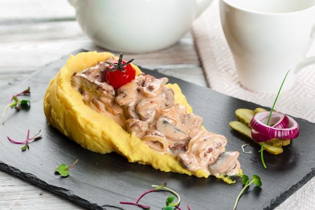 Fin, Haut, Purée, Pommes Terre, Champignon, Sauce Photo Premium
