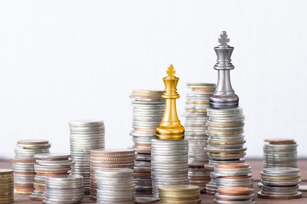 Finance et concept d'investissement réussi, empilés de pièces de monnaie roi or or et argent Photo Premium