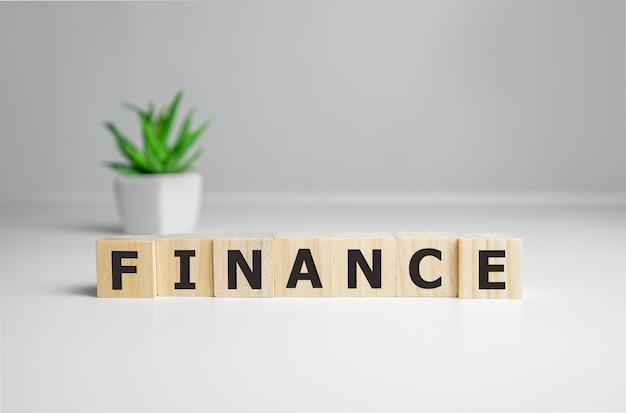 Finance Mot écrit Sur Bloc De Bois, Concept D'entreprise. Photo Premium