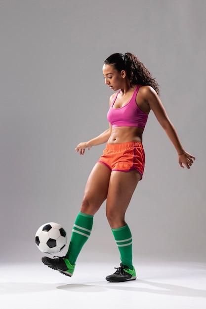 Fit femme faisant des tours avec ballon Photo gratuit