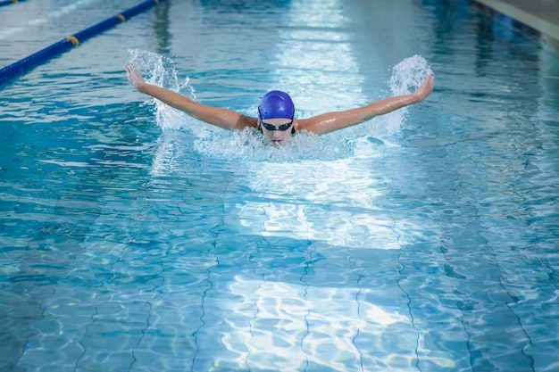 Fit femme nageant dans la piscine Photo Premium