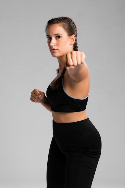 Fit femme en position de combat Photo gratuit