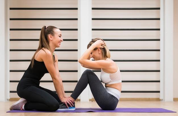 Fit femmes exerçant ensemble à la gym Photo gratuit