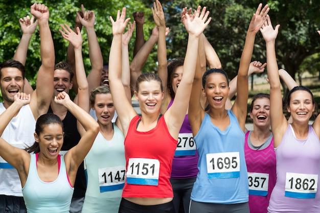 Fit les gens à la course dans le parc Photo Premium