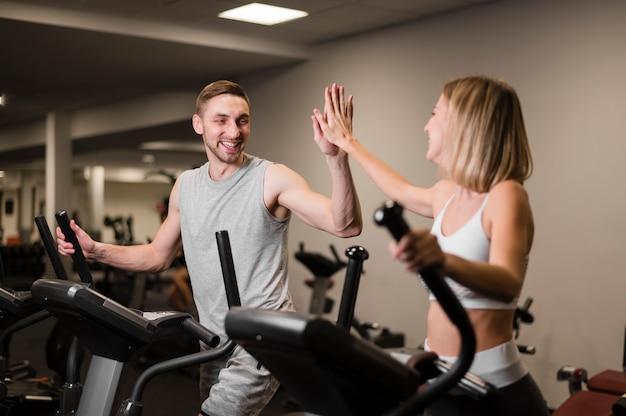 Fit homme et femme travaillant ensemble Photo gratuit