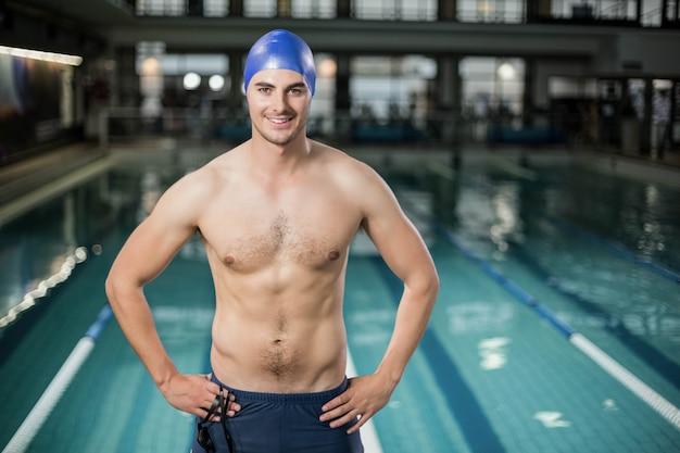 Fit homme avec les mains sur les hanches à la piscine Photo Premium