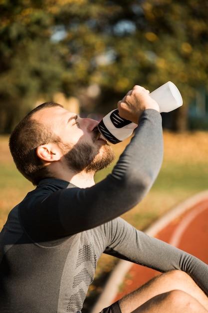 Fitness boy potable de l'eau Photo gratuit