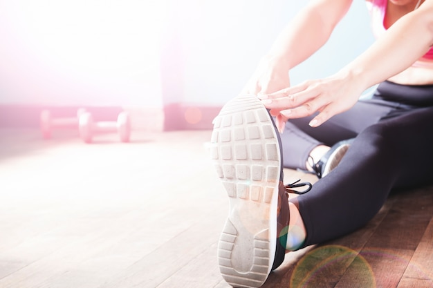 Fitness Féminin En Pantalons Noirs Et Sneaker Stretching After Workout With Copy Space Photo gratuit