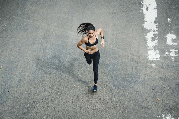 Fitness femme courant la route Photo Premium
