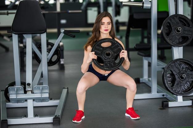 Fitness Femme Avec Haltère Cargo Travaille Dans La Salle De Gym Seul Photo gratuit