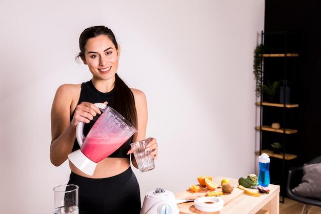 Fitness Femme Préparant Un Jus De Désintoxication Photo gratuit