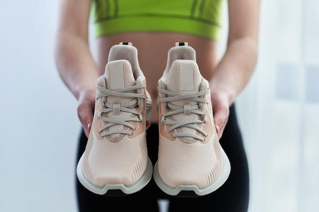 Fitness Femme Sportswear Détient Des Baskets Pour Courir. Faites Du Sport Et Soyez En Forme. Sportifs Avec Un Style De Vie Sportif Sain Photo Premium