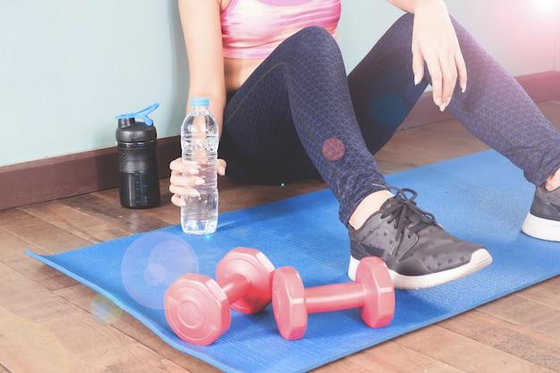 Fitness Femme Tenant Bouteille D'eau Après L'entraînement, Concept De Mode De Vie Sain Photo gratuit