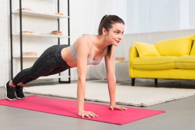 Fitness fille pratiquant le yoga Photo gratuit