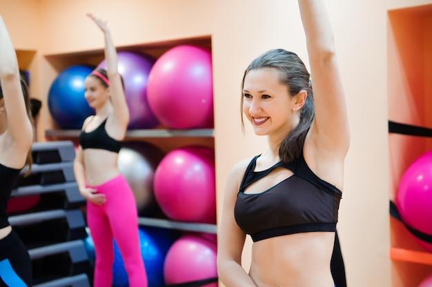 Fitness, formation, gym, aérobic et concept de peuple. Photo Premium