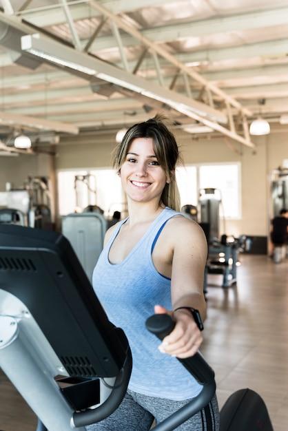 Fitness Girl à L'aide D'un Vélo Elliptique Photo gratuit