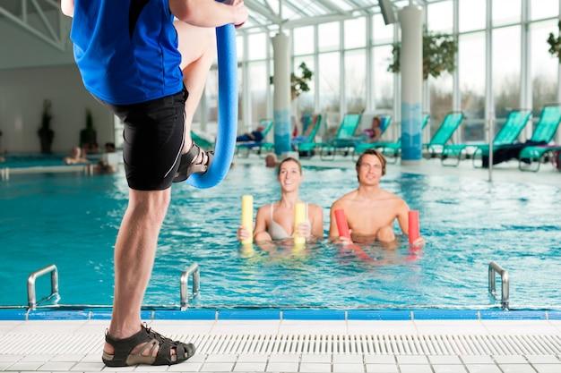 Fitness - gymnastique sportive sous l'eau en piscine Photo Premium