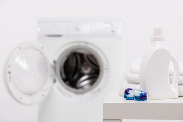 Flacon de détergent blanc avec tablettes à laver Photo gratuit
