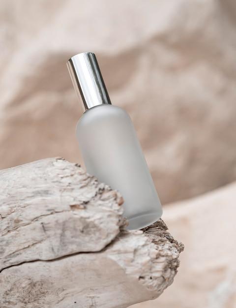 Flacon De Parfum Sur Arrangement De Roches Photo gratuit