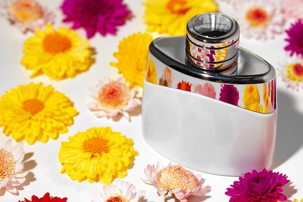 Flacon De Parfum Pour Femme En Boutons Floraux Se Bouchent Photo Premium