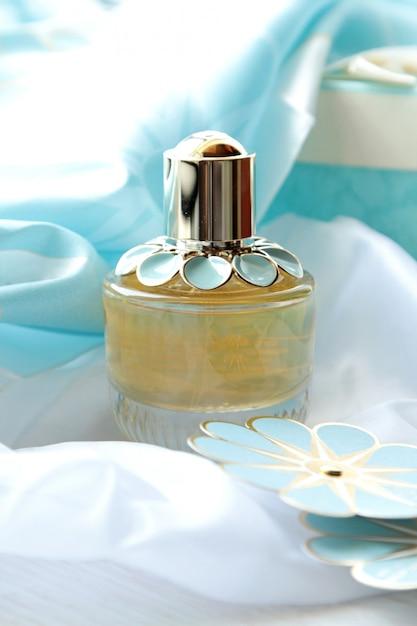 Flacon De Parfum Vue De Face Avec Une Fleur En Papier Bleu Photo gratuit