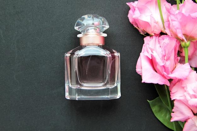 Flacon De Parfum Vue De Face Avec Roses Roses Photo gratuit