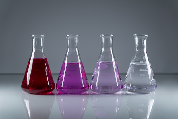 Flacons De Chimie D'affilée Contenant Un Liquide Toxique Dangereux De Différentes Couleurs Photo gratuit