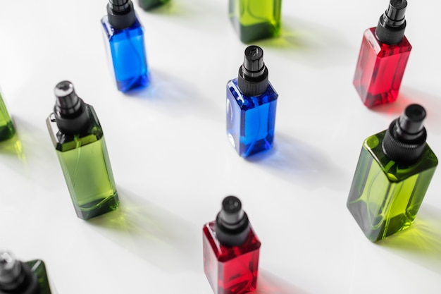 Flacons colorés isolés sur fond blanc Photo gratuit