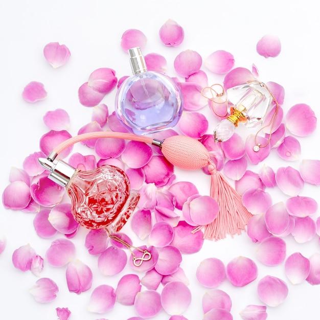 Flacons De Parfum Aux Pétales De Fleurs. Parfumerie, Cosmétique, Collection De Parfums Photo Premium