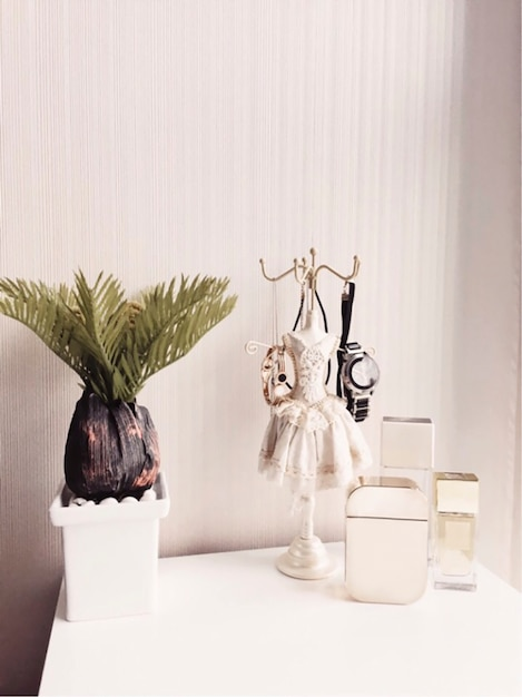 Flacons De Parfum Sur Une Coiffeuse Pour Femme Photo gratuit