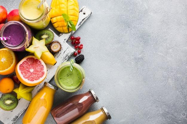 Flacons de smoothie topview avec la surface des ingrédients Photo gratuit