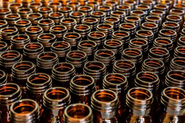 Flacons vides, concept de l'industrie pharmaceutique chimique. Photo Premium