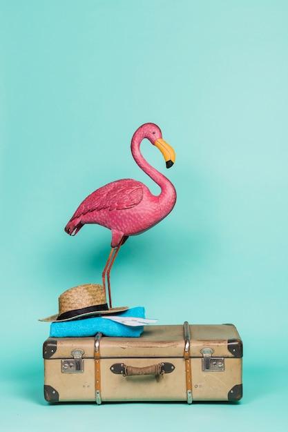 Flamant Rose Sur Les Accessoires De Voyage Photo gratuit