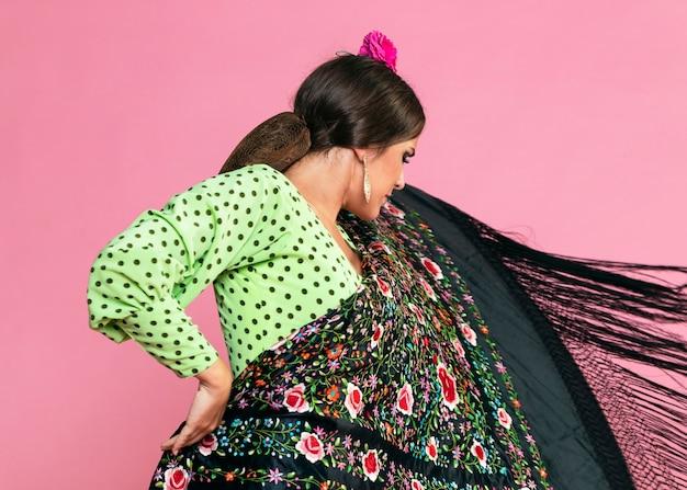 Flamenca Tenant Gracieusement Un Châle De Manille Photo gratuit