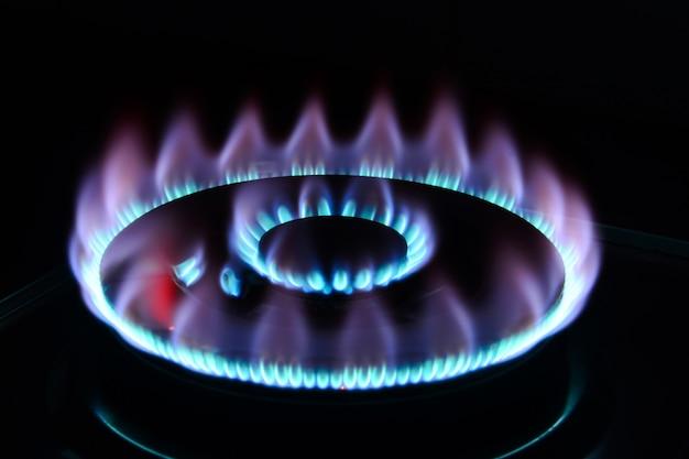 La flamme bleue d'un brûleur de cuisinière dans le noir Photo Premium