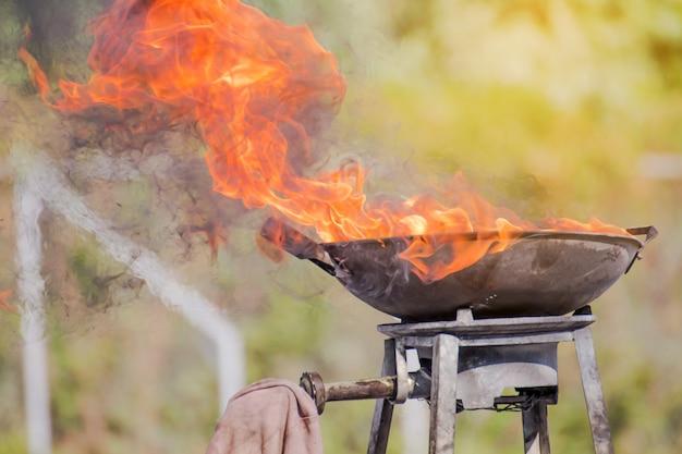La flamme sur un grand plateau, feu sur le conteneur pour un événement de formation au feu Photo Premium