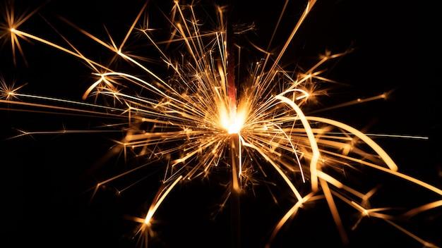 Flamme De Sparklers, Sur Fond Noir, Mise Au Point Sélective. Photo Premium