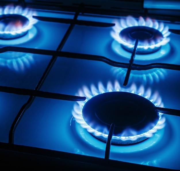 Flammes Bleues De Gaz Brûlant à Partir D'une Cuisinière à Gaz De Cuisine Photo Premium