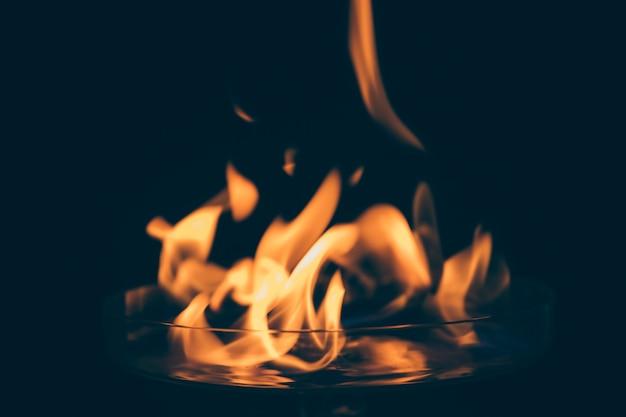 Flammes flamboyantes sur fond noir Photo gratuit