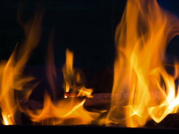 Flammes De Ligne De Feu Réel Isolés Sur Fond Noir. Mur De Feu De Maquette. Photo Premium