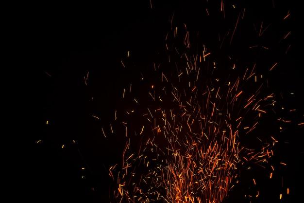 Les Flammes De L'obscurité Flottent Dans L'air. Charbon De Feu. Photo Premium