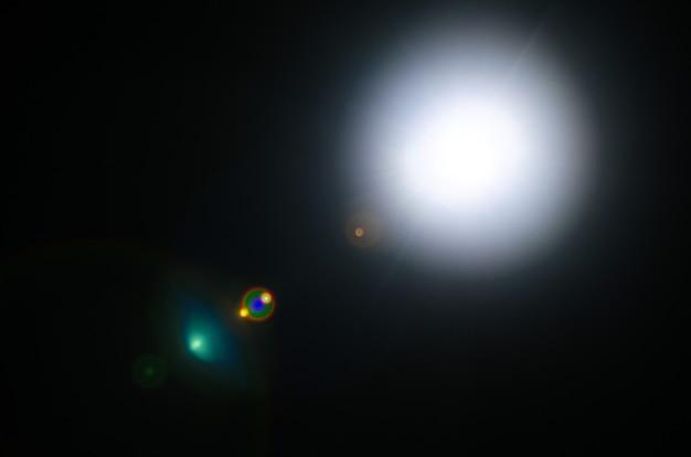 Flare Soleil Naturel Abstrait Ou étoile Lointaine Sur Fond Noir - Image Photo Premium