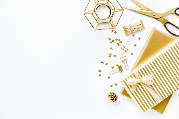 Flat lay sur fond blanc avec golden deco Photo gratuit