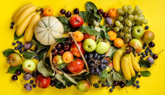 Flat-lay de fruits frais et baies sur jaune Photo Premium