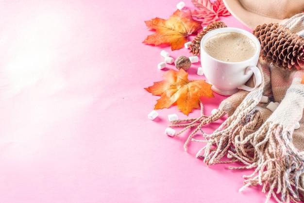 Flatlay d'automne avec cappuccino ou chocolat chaud Photo Premium